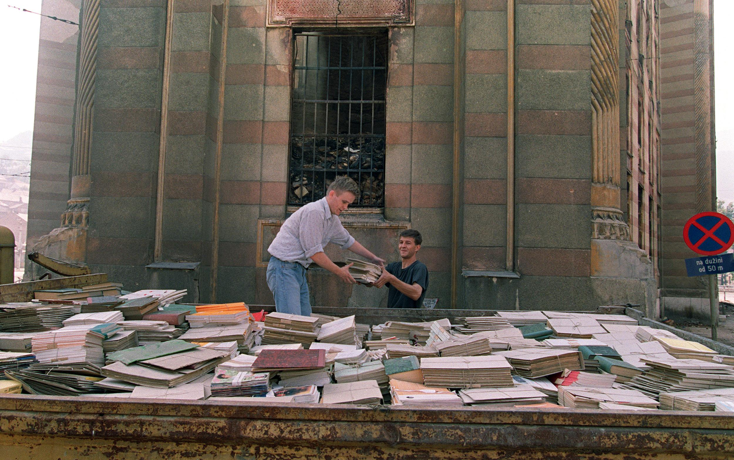 Volontari recuperano i libri