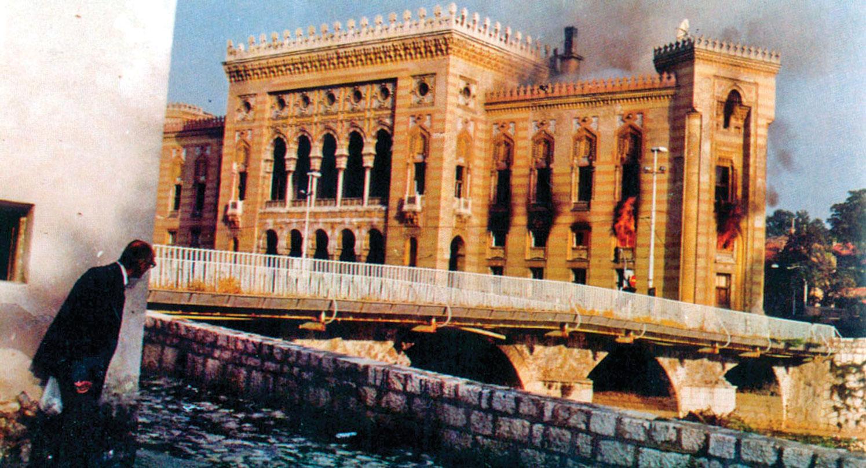 Il rogo della Vijećnica (26 agosto 1992).