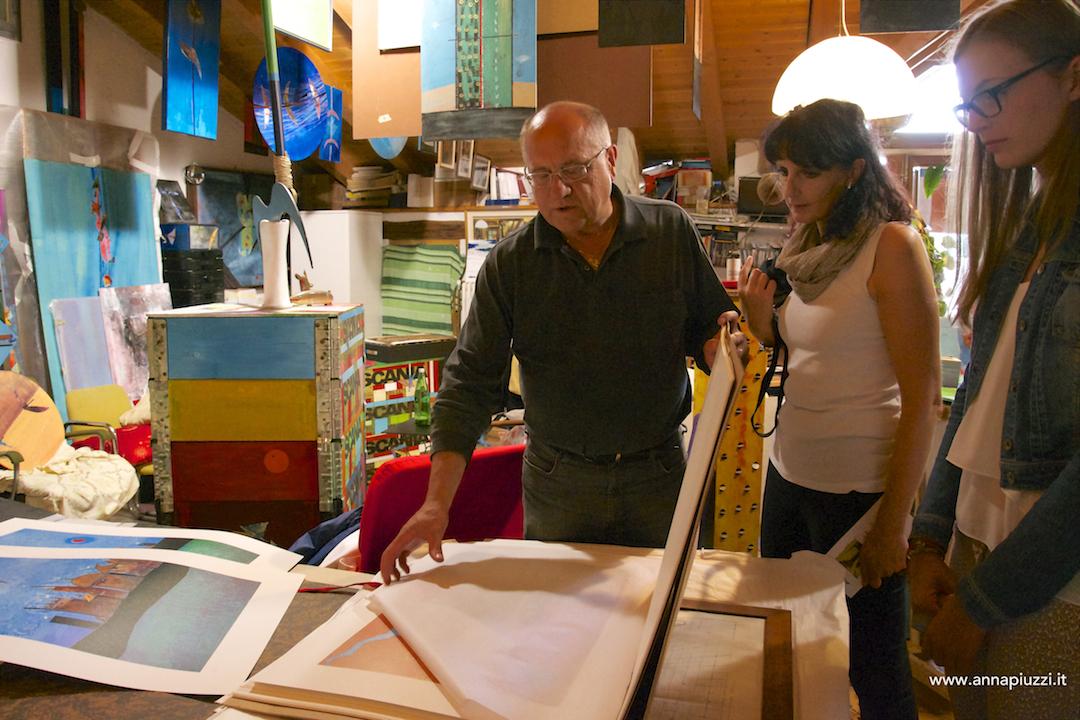 Toni Zanussi mostra le sue opere a Monika Pascolo.