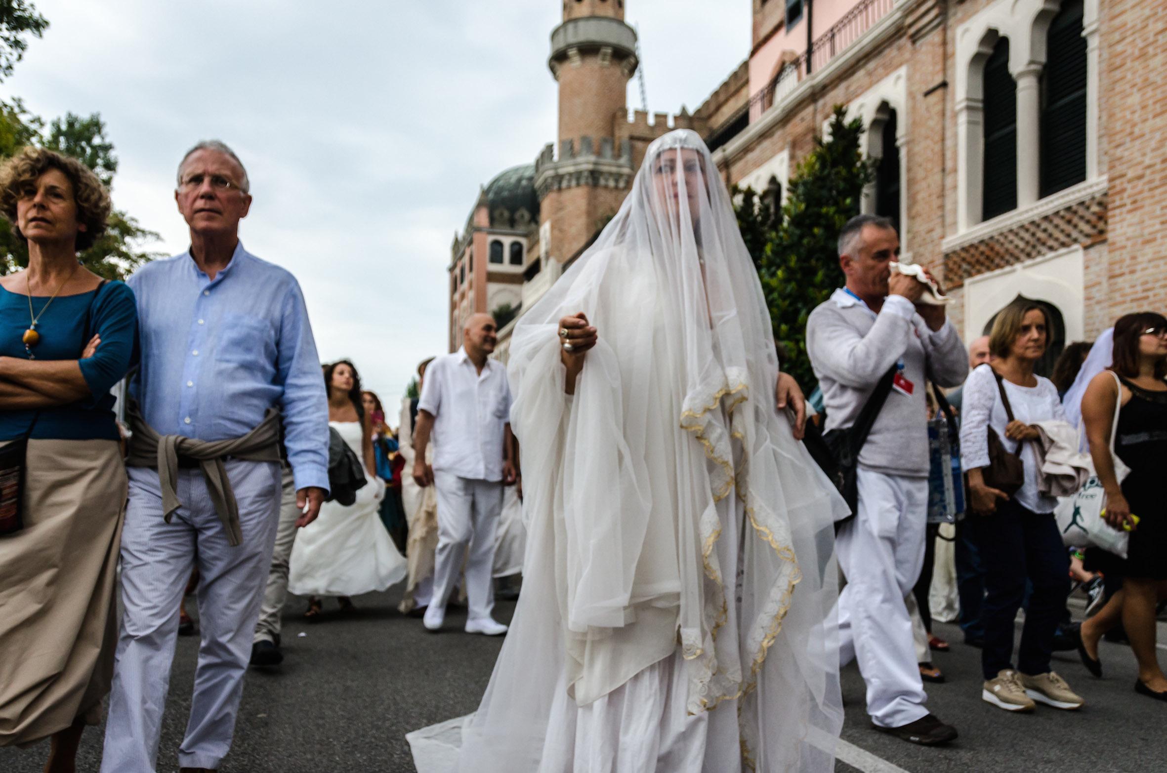 Prende vita il corteo di spose