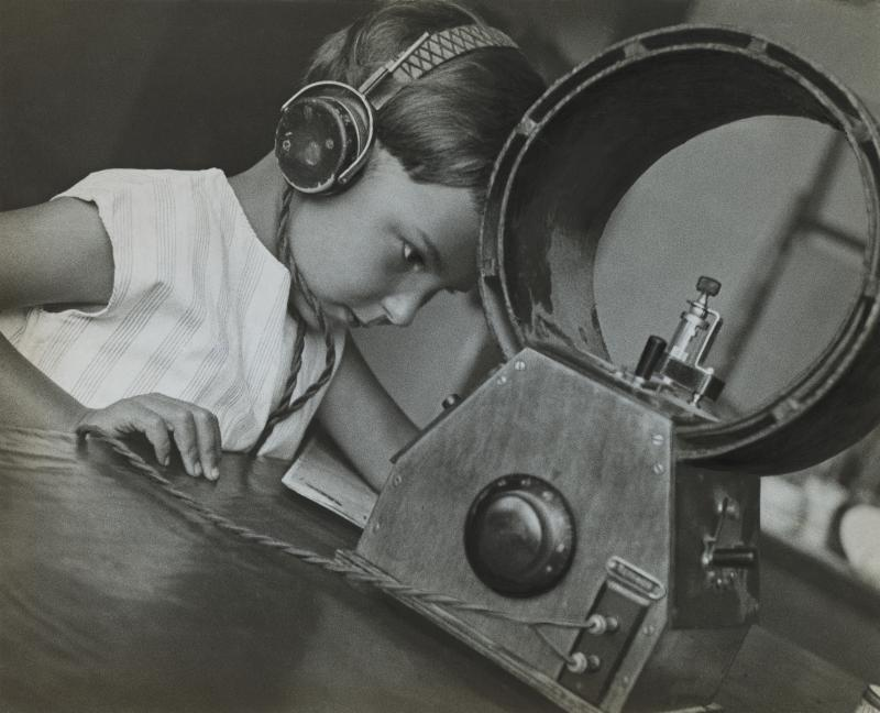 A. Rodčenko - Listener to Radio, mosca, 1929