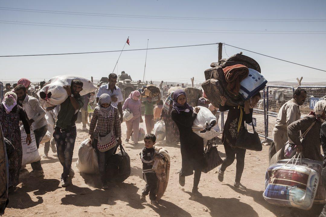 Rifugiati siriani curdi attraversano il confine turco, fuggendo da Kobane UNHCR / I. Prickett.