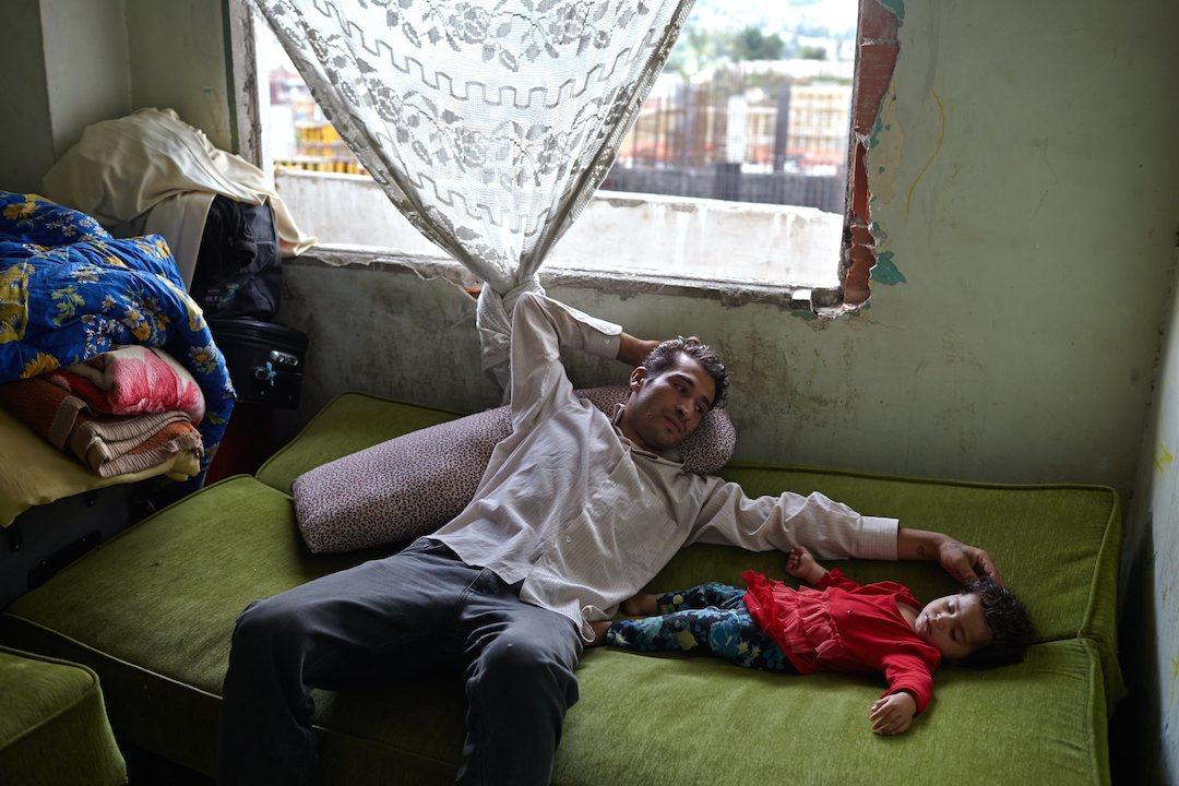 Karim, siriano, con sua figlia di nove mesi a Istambul, in un palazzo abbandonato UNHCR / S. Baldwin.