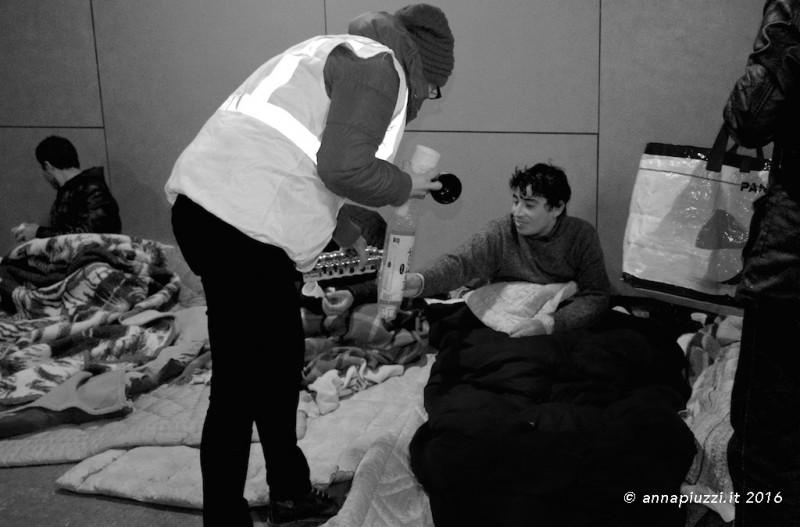 Sottopasso della Stazione di Udine - Capodanno 2016 - I volontari di «Ospiti in arrivo»