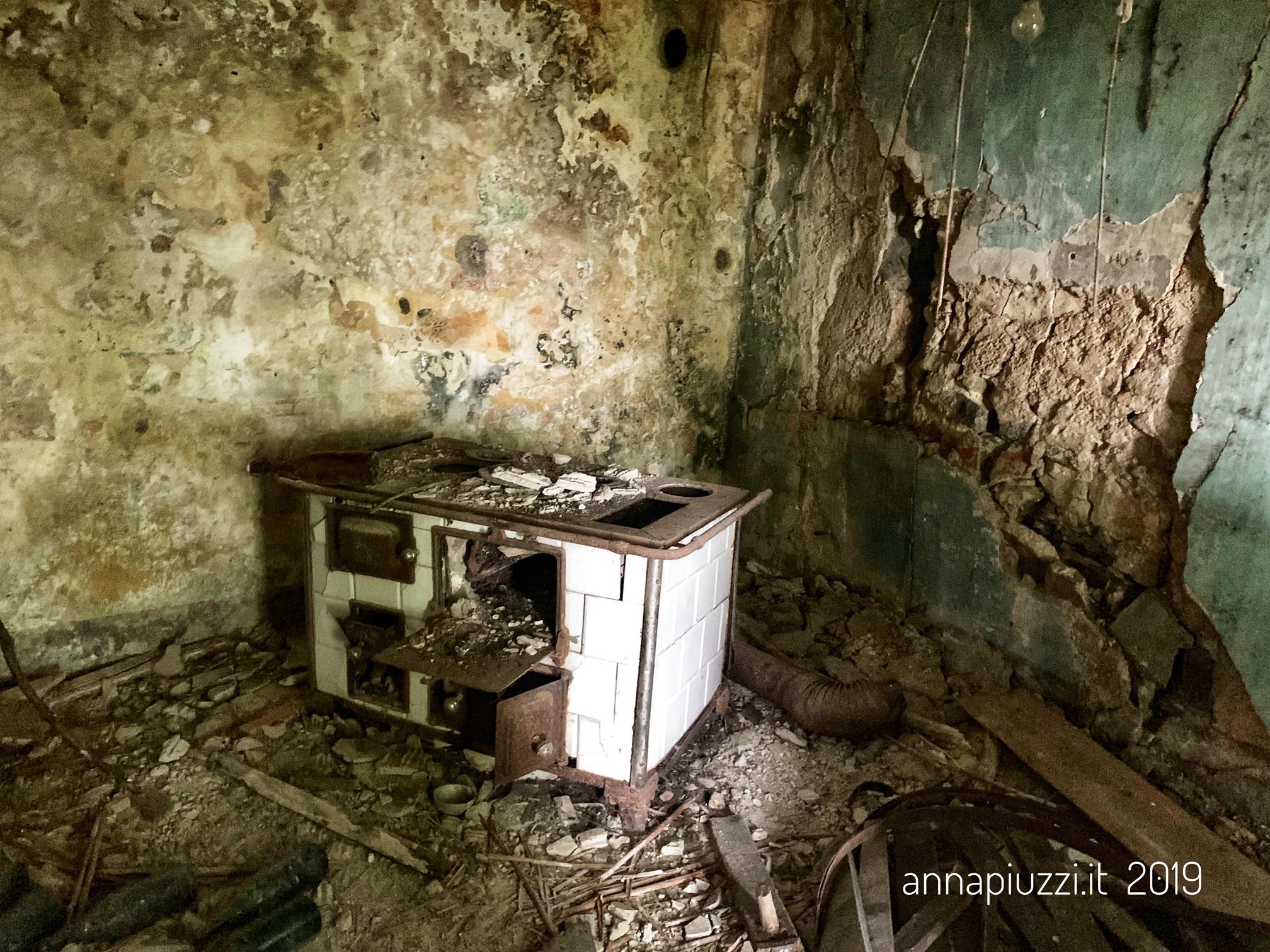 L'interno di una delle case abbandonate di Praforte.