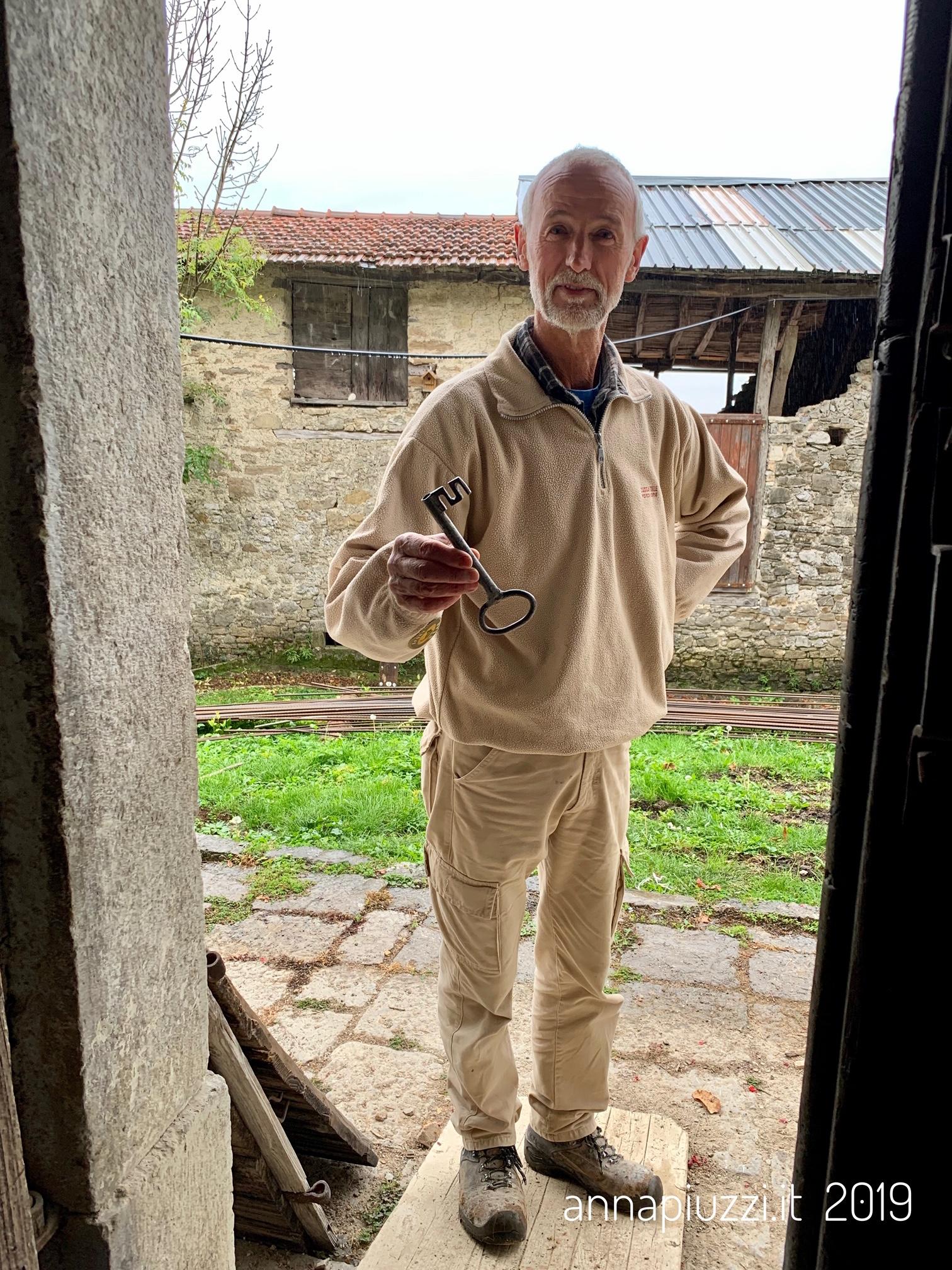 Marino Bortolussi mostra la chiave della vecchia casa di famiglia.