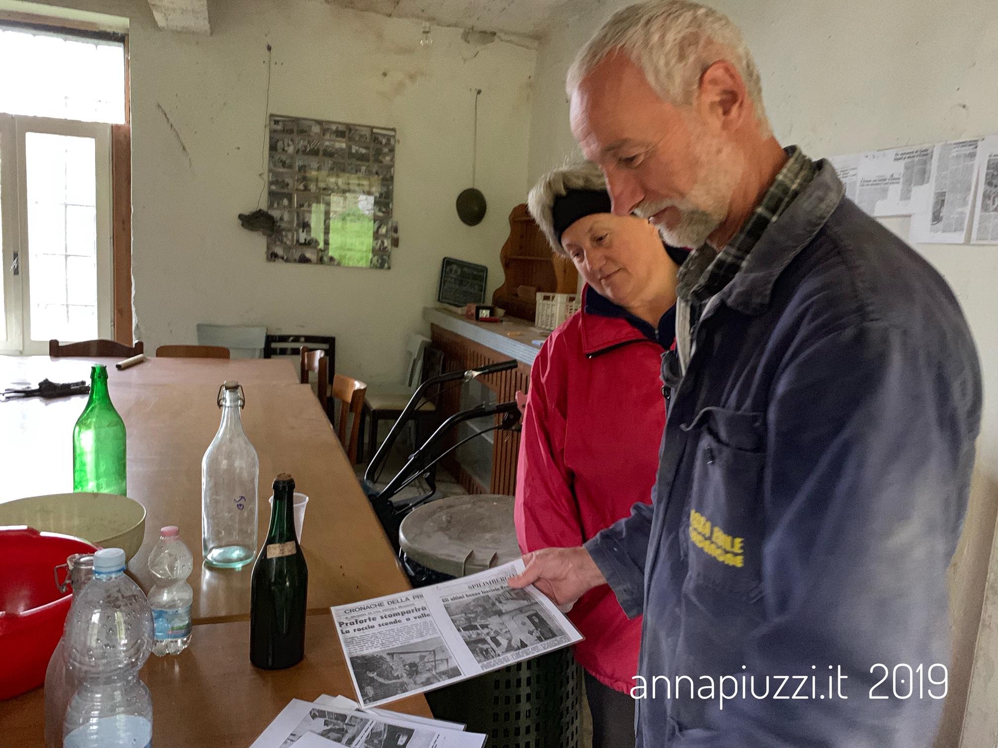 Claudia e Marino Bortolussi mostrano vecchi articoli di giornale.