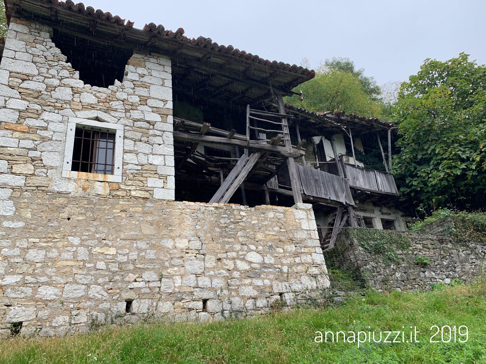 Una delle case abbandonate di Praforte.